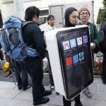 iPad-Fan in Tokyo, Japan. Bild: Reuters