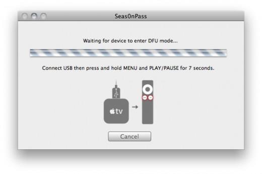 """Schritt 4: Sobald die Anweisung """"Connect USB then press and hole MENU and PLAY/PAUSE for 7 Seconds."""" erscheint, AppleTV mittels Micro-USB Kabel mit dem Mac verbinden (Stromkabel abgesteckt lassen!) und anschließend auf der Fernbedienung """"MENU"""" und """"PLAY/PAUSE"""" für 7 Sekunden gedrückt halten."""