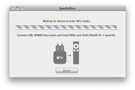 """Schritt 2: Sobald die Anweisung erscheint, AppleTV via Micro-USB-Kabel mit dem Mac verbinden. Wenn das kleine Licht schnell blinkt, den Netzstecker an den Strom anschließen. Jetzt """"MENU"""" und """"PLAY/PAUSE"""" für 7 Sekunden gedrückt halten."""