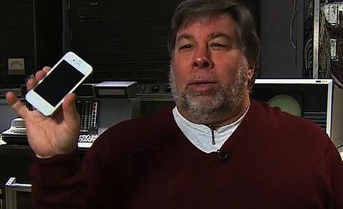 Steve Wozniak zeigt ein weißes iPhone 4