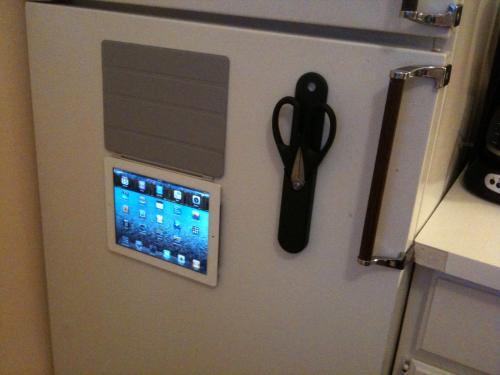 iPad 2 mit Smart Cover als Kühlschrankmagnet