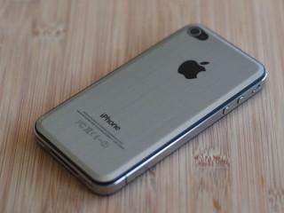 Könnte das iPhone 5 so ähnlich aussehen? Foto: iPhone 4 mit Metall-Backcover