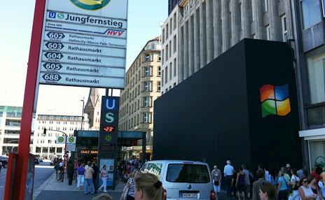 Apple Store Hamburg mit großem Windows-Logo
