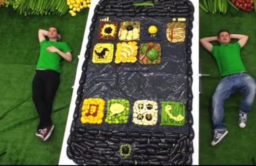 Ein riesiges iPhone 5 aus Obst und Gemüse