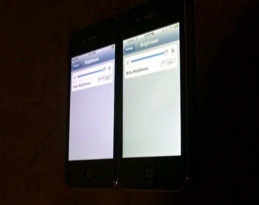 iPhone 4S mit Gelbstich (rechts), in Schrägansicht ist der Effekt etwas deutlicher.