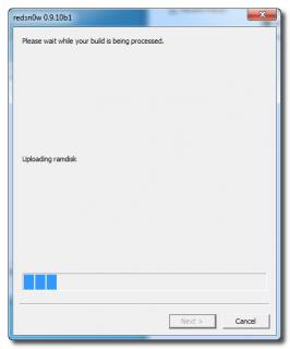 6. Schritt: Das iPhone/iPad/iPod Touch startet jetzt neu und RedSn0w identifiziert die Firmware-Version, und  überträgt RAMDisk und Kernel. Dieser Vorgang kann einige Zeit in Anspruch nehmen.