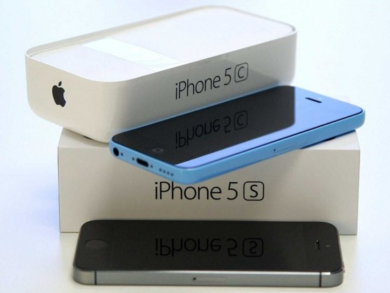 iphone-5c-iphone-5s-stacked-on-top-of-each-other-3
