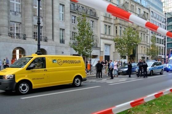 Apple Store Berlin: Täter auf Dashcam während Überfall zu sehen